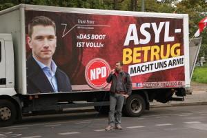 NPD rally at the central registration office in Berlin. (© apabiz)