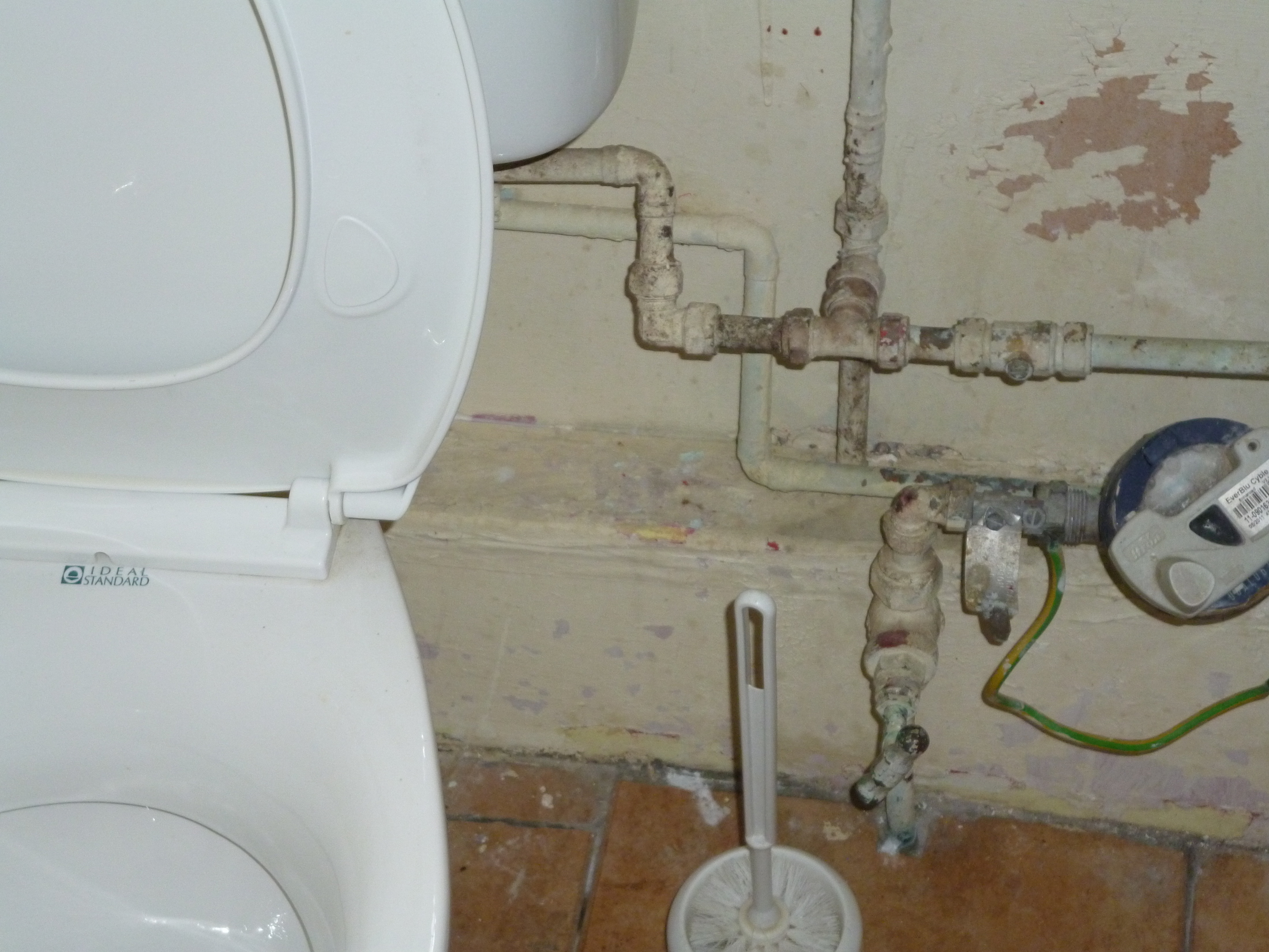 Open pipework in the bathroom© J. Grayson